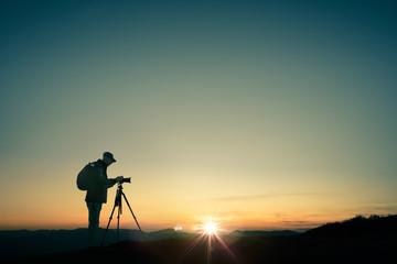 Photographe en haut des montagnes qui prend des photos