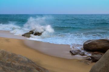 Wellen brechen sich am Strand von Arugam Bay - Sri Lanka