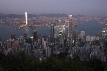 Une vue sur les grattes-ciels de Hong Kong pendant le couché de soleil