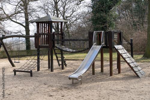 Klettergerüst Xxl : Spielplatz für kinder mit rutsche und klettergerüst