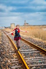 Fillette sur la voie ferrée devant Aigues Mortes