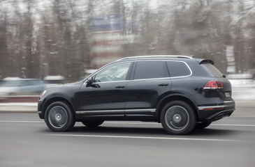 SUV driving on the highway in winter Fotomurales
