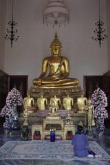 タイ仏教の祈りをささげる女性
