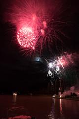 buntes schönes spiegelndes Feuerwerk Feuerzauber auf  Tanz Schiff der Donau mit Mond als Hintergrund