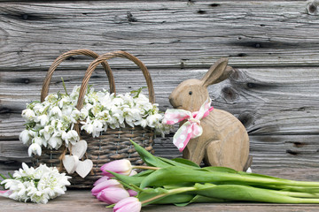 Osterhase-Tulpen und Märzenbecher als Dekoration für Ostern rustikal auf Holz