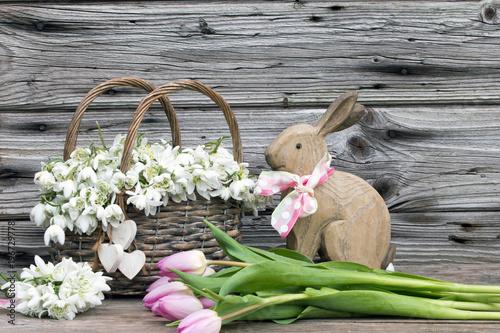 Osterhase Tulpen Und Marzenbecher Als Dekoration Fur Ostern Rustikal