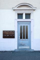 alte blaue Holtzür mit Glaseinsatz Hauseingang