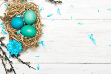 Wielkanocne tło z kolorowymi pisankami i baziami z miejscem na własny tekst. - fototapety na wymiar