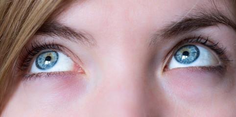 Blaue Augen und Wimpern natürlich, Blick nach oben