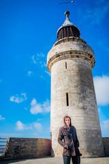 Femme devant la Tour de Constance de Aigues Mortes