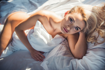 Woman in bedroom Fototapete