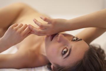 nackte Frau liegt auf einem Bett