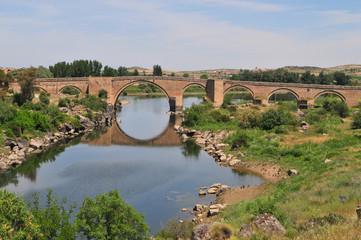 Reflets dans la rivière d'un pont romain en pierre