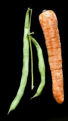 Judías verdes y  zanahoria sobre fondo negro