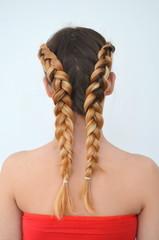 Девочка-подросток с современными косами волос канекалон натурального цвета.  Молодая девушка