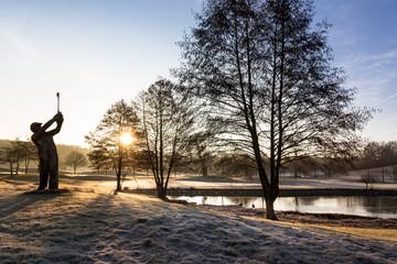 Golfer im Morgenlicht