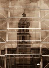 Torre de igreja refletida no vidro