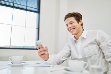 Entrepreneur liest SMS und freut sich