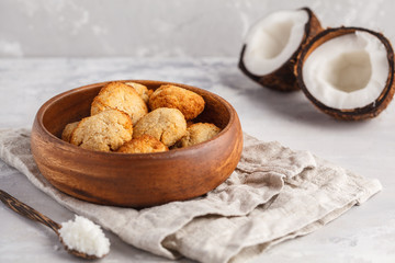 Tuinposter Koekjes Healthy vegan homemade coconut cookies in wooden bowl, light background. Healthy vegan food concept.