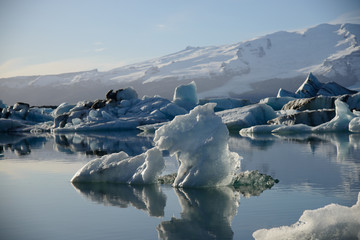 Photo sur Plexiglas Glaciers the glacier lagoon Jökulsarlon in Iceland with floating icebergs.