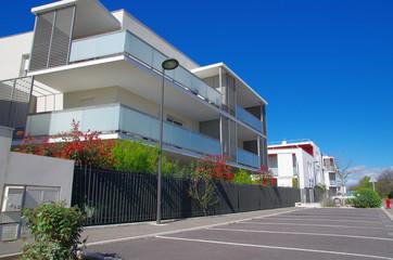 Lotissement et bâtiment moderne et récent dans la nature