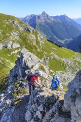Vater und Sohn im Klettertseig unterwegs