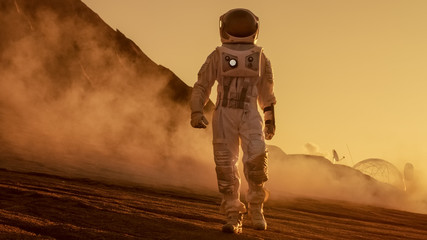 Brave Astronaut Confidently Walks on Mars Surface. Red Planet Covered in Gas and rock,  Overcoming Difficulties, Important Moment for the Human Race. Fototapete