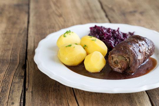 Rinderroulade mit Rottkohl und Kartoffeln