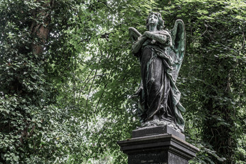 Engelstatue gedenkt der Toten im alten Südfriedhof von München