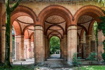 Säulengang zum alten Südfriedhof München, mittlerweile eine Parkanlage