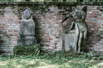 Alte Gräber entlang einer Friedhofsmauer