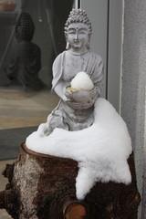 buddhastatue mit schnee bedeckt