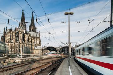 Zug fährt durch Kölner Bahnhof