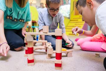 Kinder im Kindergarten spielen zusammen