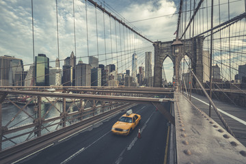 Foto auf AluDibond New York TAXI Famous Brooklyn Bridge with cab