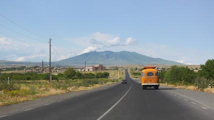 Ein Bus fährt auf einer armenischen Landstraße