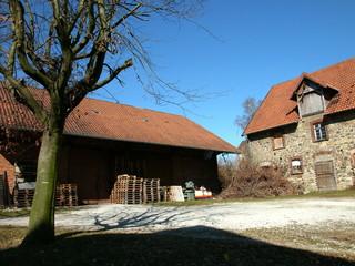 Lagerhaus und Scheune auf einem alten Bauernhof vor strahlend blauem Himmel in Heidenoldendorf bei Detmold im schönen Ostwestfalen-Lippe