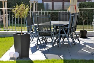 Gartenterrasse mit Terrassenplatten und Gartenmöbel