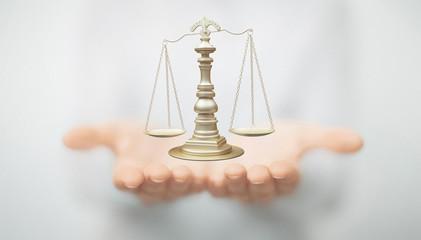 Mani con bilancia, giudice e tribunale