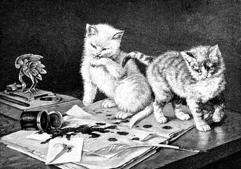 Zwei Katzen auf dem Schreibtisch haben Tintenfass auf Brief geschüttet