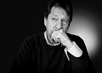 Uomo anziano pensieroso, triste, depresso.