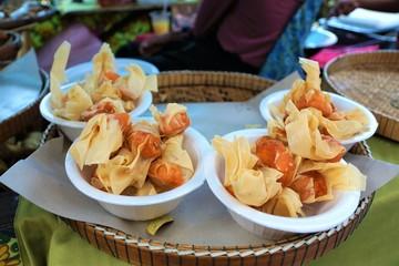 Thai essen auf einem Strassen Markt in Koh Samui