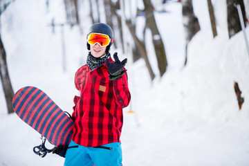 Photo of sporty man wearing helmet with snowboard