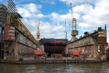Leere Werftanlage im Hafen