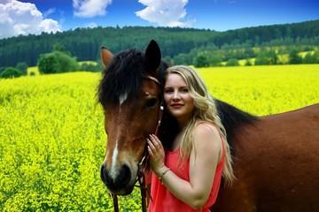 mit dem Pferd im rapsfeld