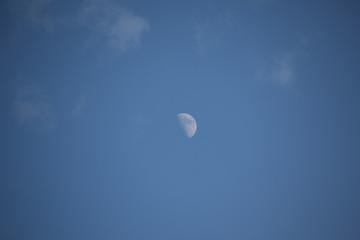 Weiße Wolken am blauen Sommer Himmel