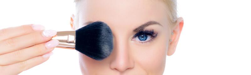 Junge Frau beim Auftragen von Make-up, Kosmetik, Schönheit, Beauty, Makeup, Gesicht; Nahaufnahme