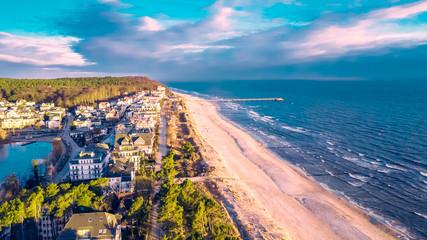 Luftbild vom Bansiner Strand mit Seebrücke und Promenade