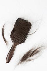 saç dökülmesi, fırça tarak ve saçlar