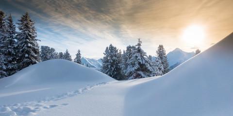 Fototapete - Bergsonne über Winterlandschaft als Panorama